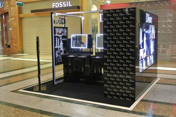 Dior kiosk is fully of logo, no matter illuminated or not.
