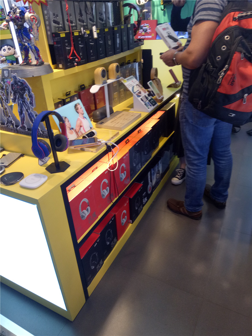 featured phone accessories retail shop design